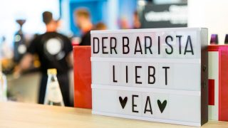 Der Barista liebt EA: Schild an der Kaffeebar in der EA Business Lounge
